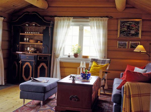 Veggene i stuen er malt gule