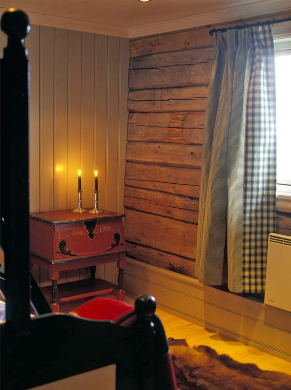Tømmeret er beholdt ubehandlet, som står i fin kontrast til anelet som er malt lyst grått